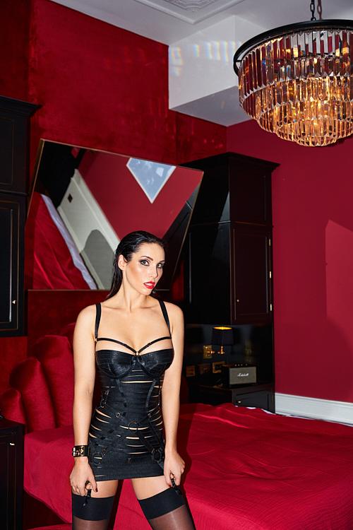 Fetisch Escort Lady Jane wartet im Spielzimmer auf ihr Opfer.