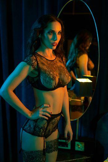 Domina Lady Jane aus München zeigt ihre wohlgeformten Brüste in einem schwarzen Hauch von Nichts.